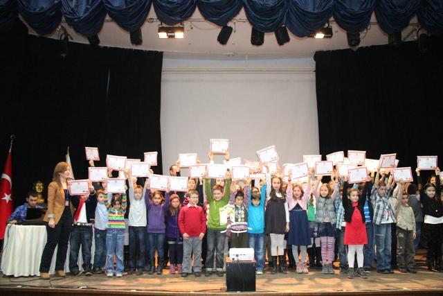 ÇOMÜ/SEM İngilizce Eğleniyorum'da İlköğretim Öğrencileri Sertifikalarını Aldı